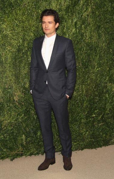 El actor Orlando Bloom  llevó un elegante y  clásico traje sin corbata....