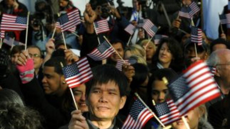 En 2008 de 19 millones de latinos aptos para emitir sufragio, 10.2 salie...