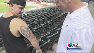 Fan sorprende a atleta con tatuaje