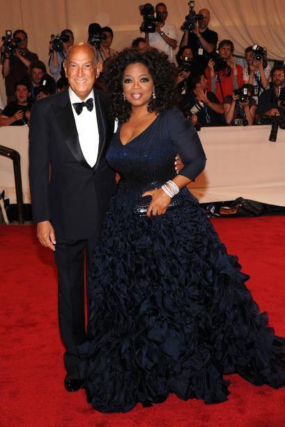 """Oprah con """"scar de la Renta en la gala del MET en mayo de 2010.   Mira a..."""