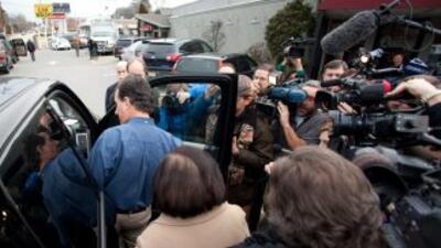 El nuevo líder de la contienda, Rick Santorum, llega a New Hampshire lue...