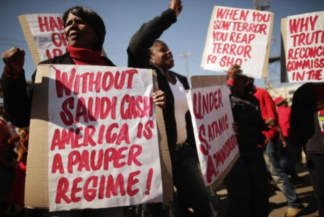 "Los manifestantes calificaron de ""primer asesino del mundo"" a Obama, que..."