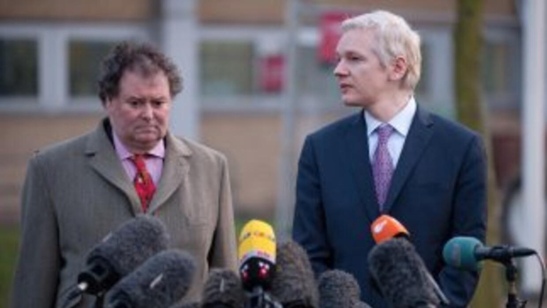 Julian Assange habla con la prensa, al lado de uno de sus abogados.