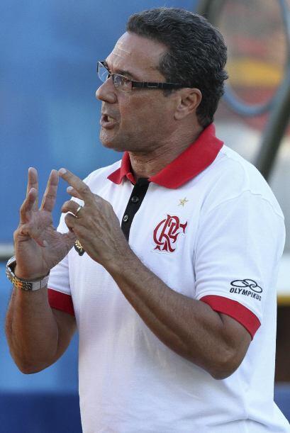 El técnico de Flamengo, Vanderlei Luxemburgo dando instrucciones a sus d...