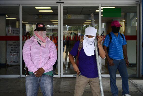 Una vez que llegaron al aeropuerto, los manifestantes cerraron las salid...