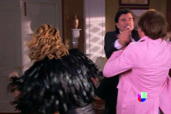 Armando puso en su lugar al patán que Alexa tiene por novio.