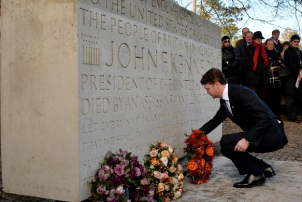 El embajador de Estados Unidos, Mateo Barzun, pone una corona de flores...