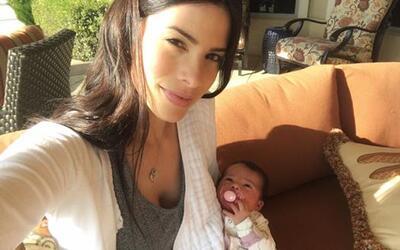 La modelo puertorriqueña presumió a su bebita  Paulina Barea Ortiz en re...