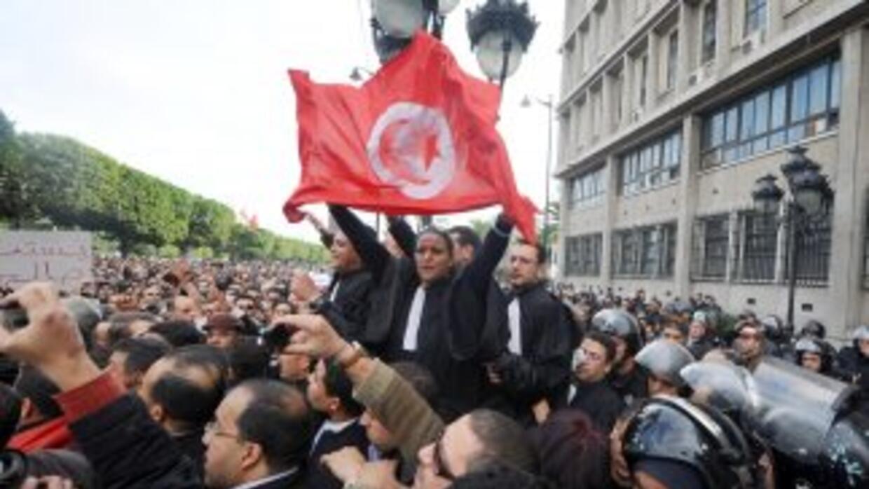 Miles de manifestantes salieron a las calles de Tunisia para celebrar la...