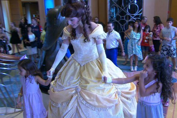 Sin pensarlo dos veces se fueron a pasear con Belle.