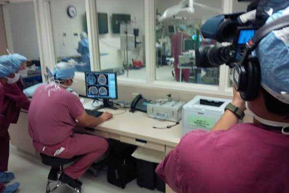 Antono Valverde y el equipo de KMEX testigos de la intervención quirurgi...