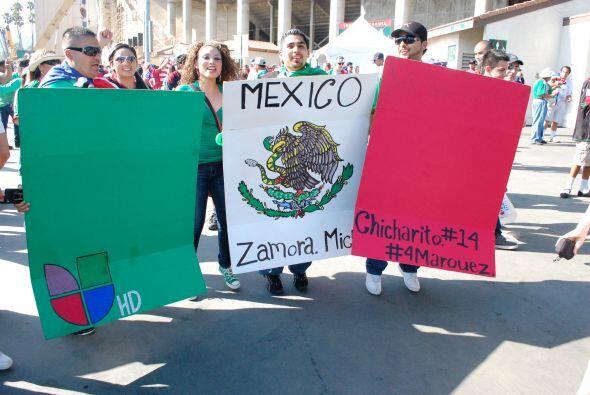Con una bandera mexicana, la gente apoyaba a Univision, a Michoac&aacute...