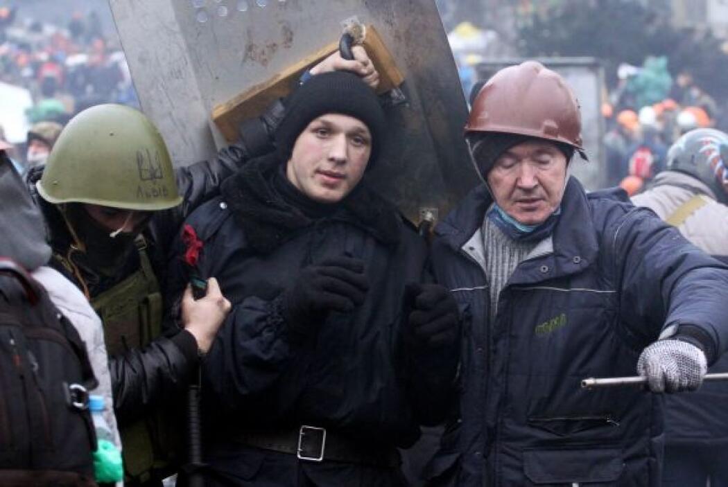 Un manifestante es arrestado por policías en el centro de Kiev, zona con...