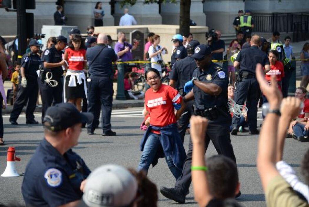Antes de la protesta, más de 300 mujeres y  niños se juntaron para dar u...