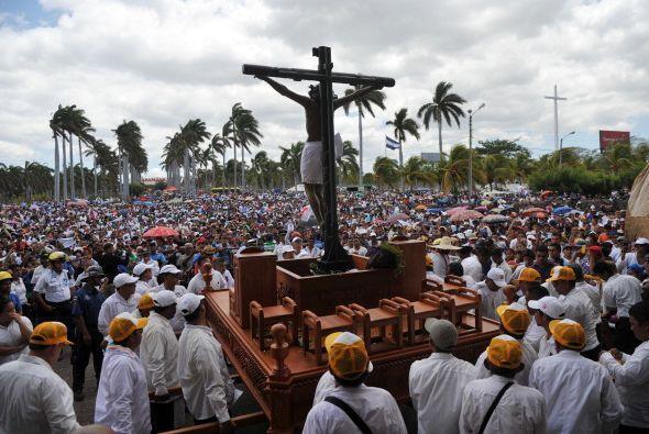 En Nicaragua, cientos de fieles se reúnen en la Catedral de Managua para...