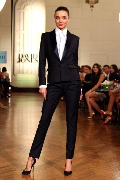 Miranda Kerr le da todo el poder femenino a su 'outfit' masculino simple...