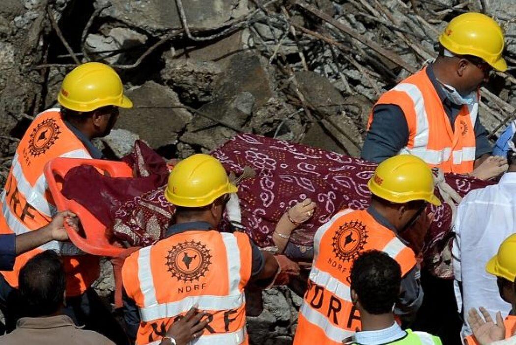 Al caer la noche, unas 50 personas habían sido rescatadas de entre los e...