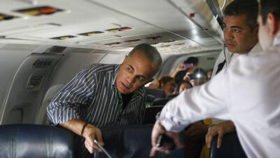 Manuel Rosales poco antes de bajar del avión que lo regres&oacute...