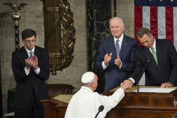 Tras su discurso ante el Congreso, Francisco saluda a Joe Biden y a John...