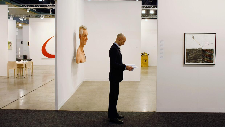Michael Short espera compradores de arte en Art Basel Miami Beach 2008.
