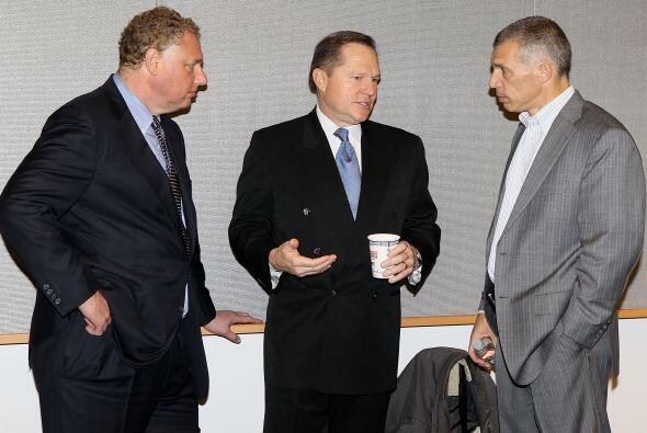 El agente Scott Boras (centro) fue el encargado de la negociación...