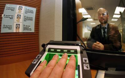 La toma de datos biométricos es uno de los principales costos para USCIS.