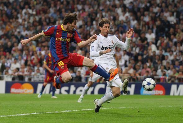 Tras una buena jugada por la banda de Afellay, Messi se adelantó a la ma...