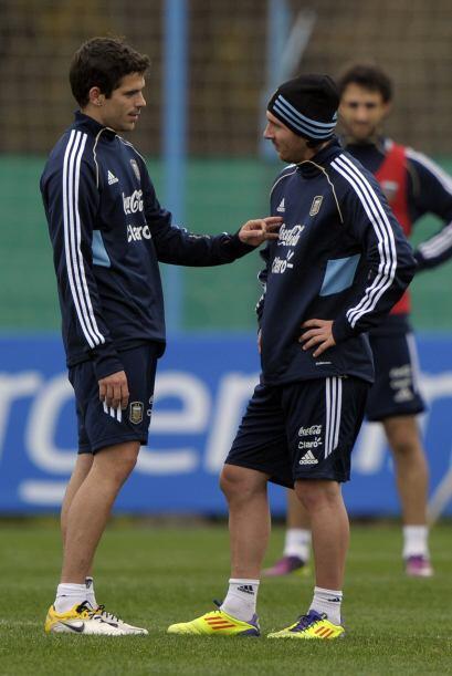 Fernando Gago dialogando con Lionel Messi, la principal carta que tiene...
