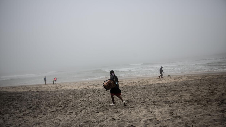 Una vendedora ambulante a pocos metros de la frontera en Tijuana un día...