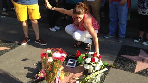 Una mujer rinde homenaje a Juan Gabriel en el Paseo de la Fama de Hollywood
