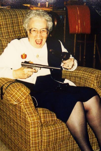 Pasamos de una abuelita enojada a una matriarca pistolera.