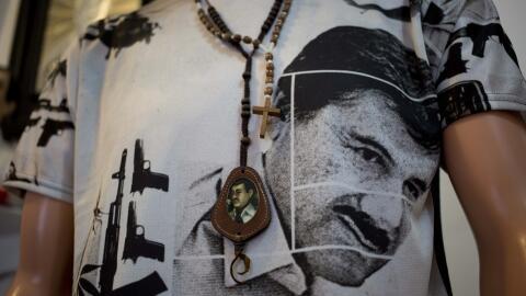Camiseta con la imagen del fugitivo líder del narcotráfico...