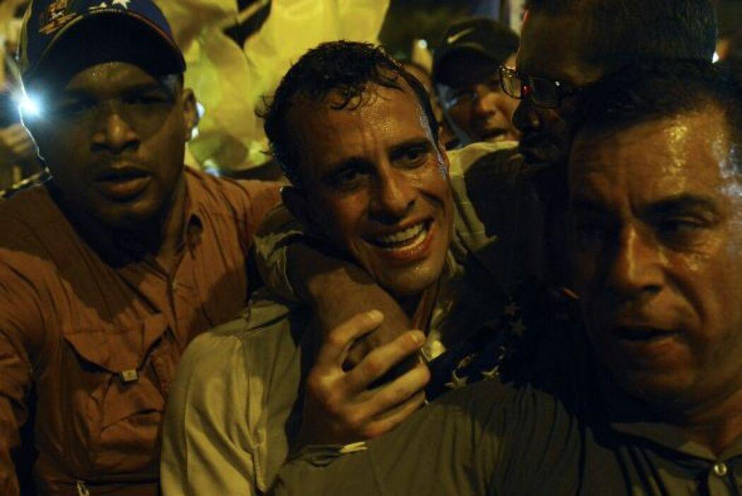 Capriles encabezó una caminata nocturna por una importante avenida que a...