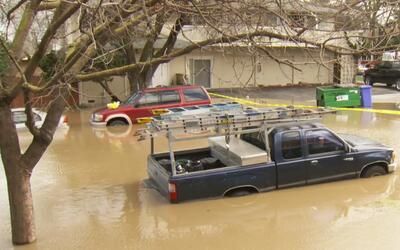 Evacúan a miles de personas en San José debido a las inundaciones provoc...