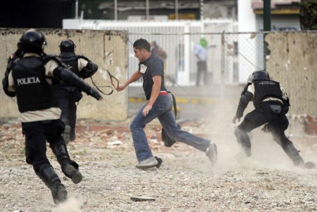 La Policía Nacional Bolivariana (PNB) y la Guardia Nacional (GNB, policí...