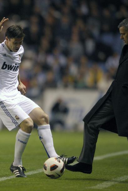 """¡A mí no me regateas!"". Mourninho le quita el balón a Xabi. El portugué..."