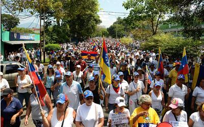 Venezolanos logran marchar por primera vez hasta su destino, la Conferen...