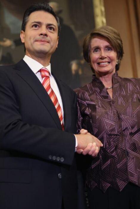 Flanqueada por otros líderes demócratas de la Cámara baja y por Peña Nie...