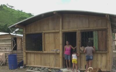 Pareja construye casas de bambú para damnificados de terremoto de hace u...