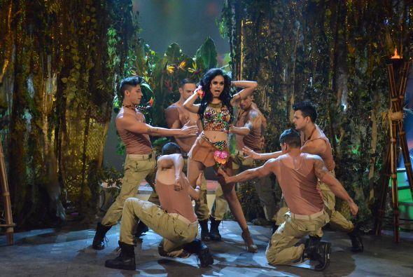 Con un estilo muy sexy interpretó el tema 'Una noche más', de la diva Je...