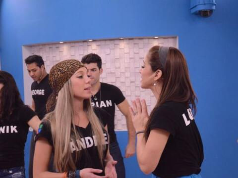 Andrea y Laura son las voces principales del tema y ponerse de acuerdo e...