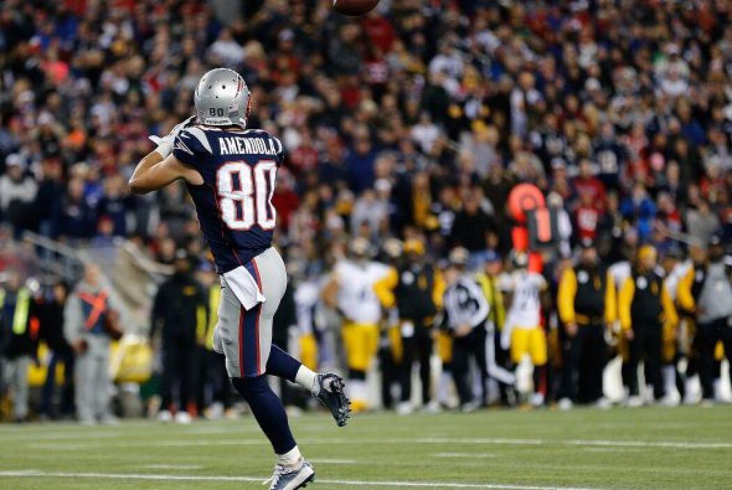 En el primer cuarto Tom Brady lanzó un pase de 34 yardas a su receptor D...