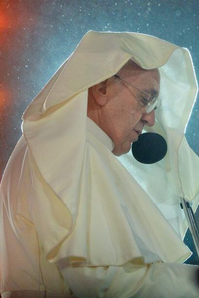 El papa Francisco oficia una misa en la playa de Copacabana acompañado p...