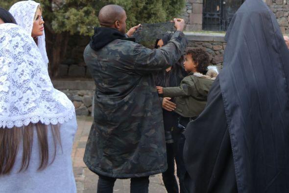 Kanye estuvo muy atento con su familia.
