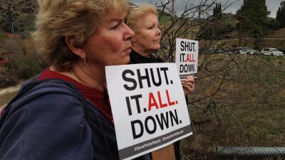 Dos residentes de Porter Ranch piden el cierre de pozos de gas.