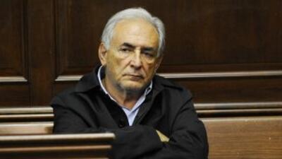 Las fotos del director del FMI, Dominique Strauss-Kahn, esposado, sin af...