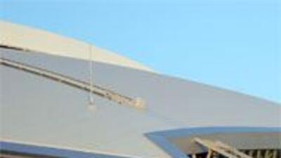 Dos trabajadores se lesionaro al caer del techo del nuevo estadio de los...