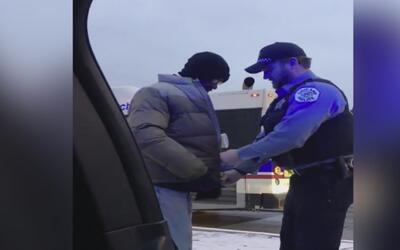 Video del momento en el que un policía de Chicago le muestra su bondad a...