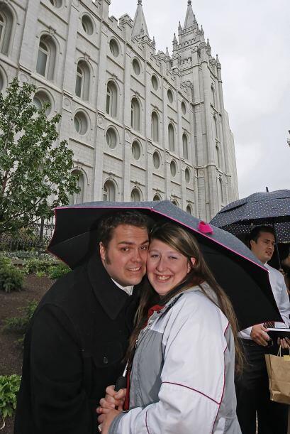Todos los hombres y mujeres mormones que llegan a adolescentes, son conv...