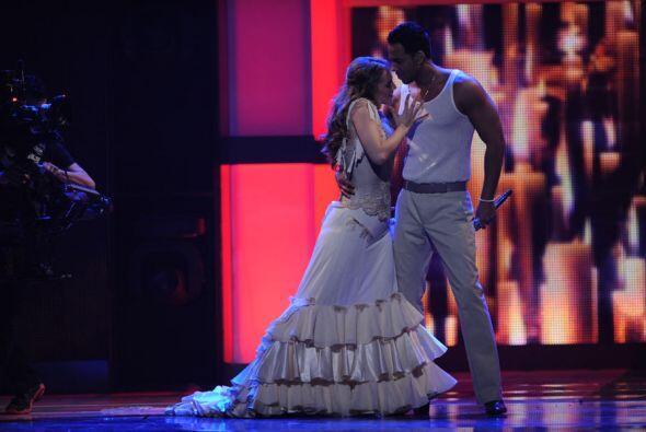 Así la sedujo sobre el escenario.